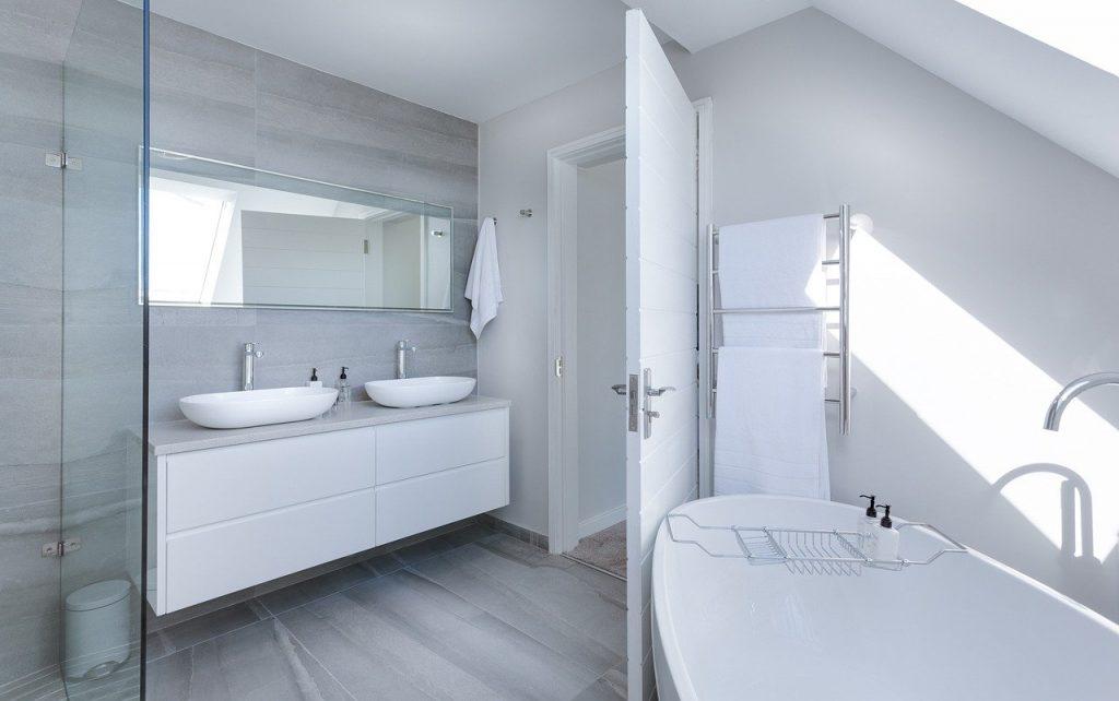 Une salle de bain propre et fonctionnelle refaite à neuf