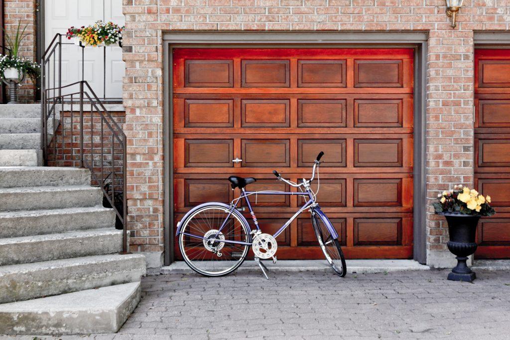 Une porte de garage refaite à neuf devant une belle maison