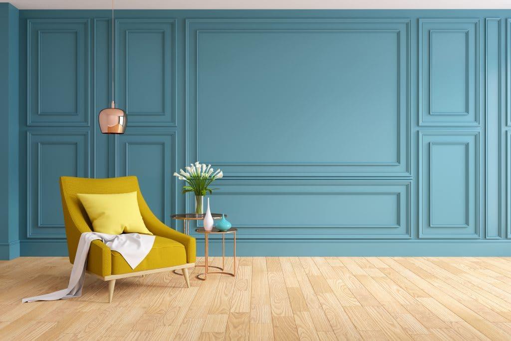 Un salon aux murs peints en bleu, une couleur qui donne une ambiance cosy à la pièce.