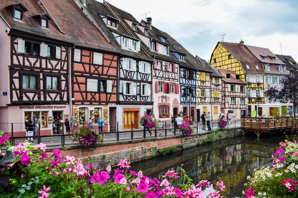 Une rue d'un village en Alsace