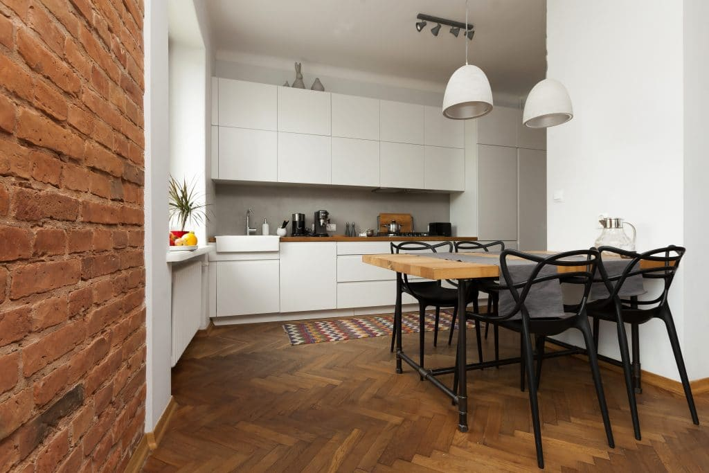 des sols neufs dans une cuisine refaite à neuf