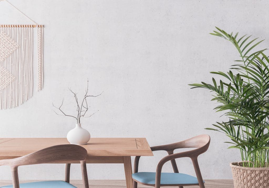 relooker une salle à manger et ne garder que l'essentiel : quelques meubles, un vase et une plante verte